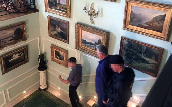 На стенах дома-дворца картины. Фото: «Газета.Ru»