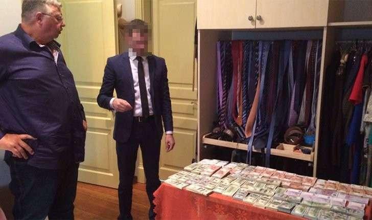 Во время обысков у фигурантов это дела изъяли валюту, драгоценности, и дорогие часы. Фото: «Газета.Ru»