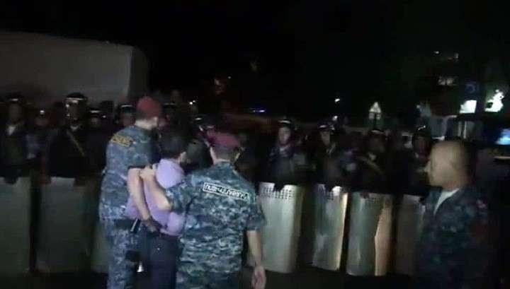 Бандиты, захватившие полк ППС в Ереване, начали сдаваться