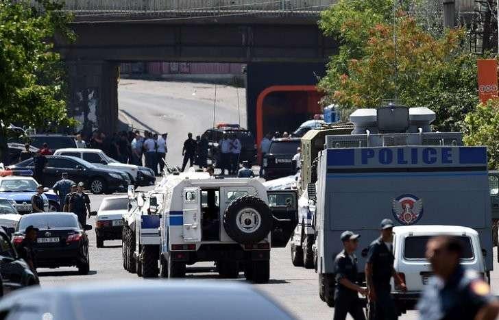 Вооружённая группа в Ереване захватила в заложники врачей