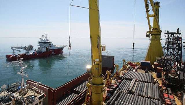 Судно-трубоукладчик во время строительства газопровода на дне Черного моря. Архивное фото