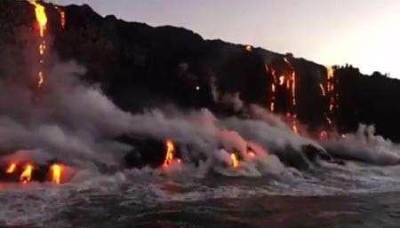 Вулкан на Гавайях извергается прямо в океан: впечатляющие кадры