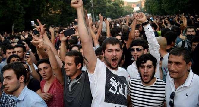 Армения: Участники шествия в Ереване начали прорываться к захваченному полицейскому участку