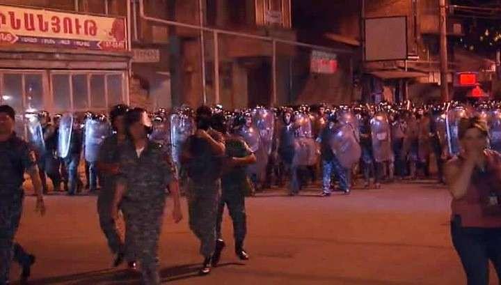 В Ереване число пострадавших при столкновениях демонстрантов с полицией возросло до 60