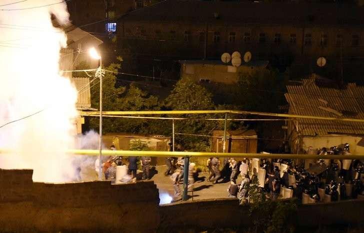 В Ереване снайпер застрелил полицейского, а посол США сразу начал угрожать