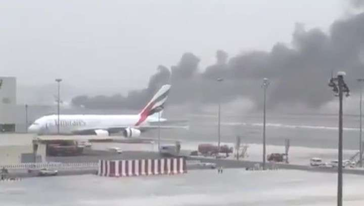 В аэропорту Дубая самолёт Emirates Airlines завалился на бок и загорелся