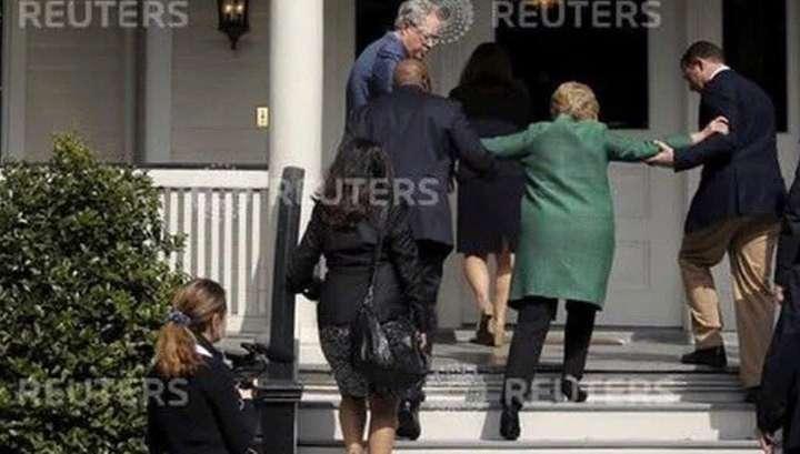 на клинтон лестнице хиллари фото