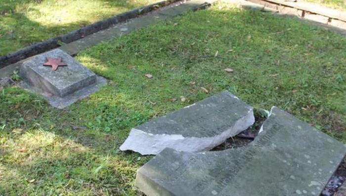 В польском Кельце какие-то дебилы осквернили кладбище советских воинов