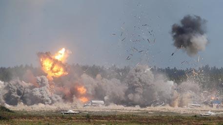На АРМИ-2016 штурмовики ВКС РФ разбомбили колонны танков, ракетные установки и нефтезавод