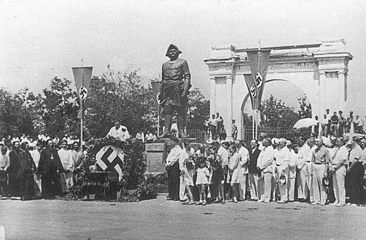 Немцы в 1942 году восстановили в Таганроге памятник Петру I