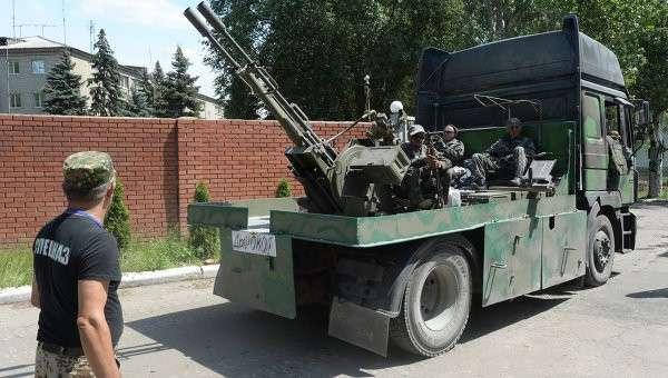 Военная техника ополченцев, прорвавшихся из оказавшегося в окружении украинских силовиков города Славянска на востоке Украины, на одной из улиц Донецка