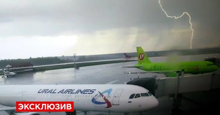 Видеозапись посадки самолёта, выехавшего за пределы ВПП в Уфе
