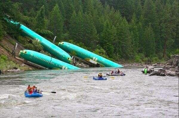 В США в реку упал поезд, перевозивший спирт и фюзеляжи самолётов Boeihg