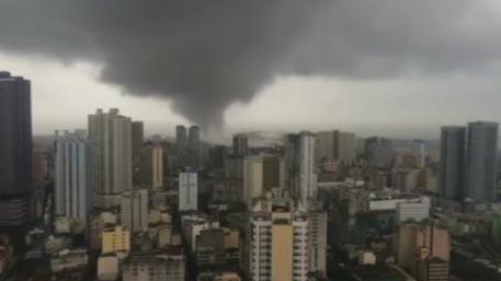 Торнадо проходит по центру Манилы: кадры из сердца смерча