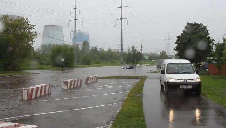 В Москве небольшой потоп: по улицам плывут автомобили, пешеходы и автобусы