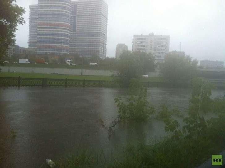 Затопленные улицы в Москве в фотографиях и видео пользователей соцсетей