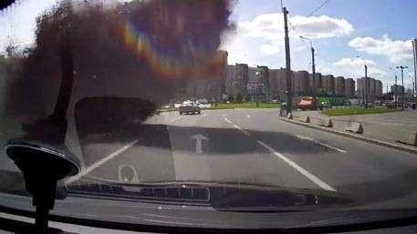 Чёрное кипящее облако с камнями накрыло оживлённую трассу в Петербурге