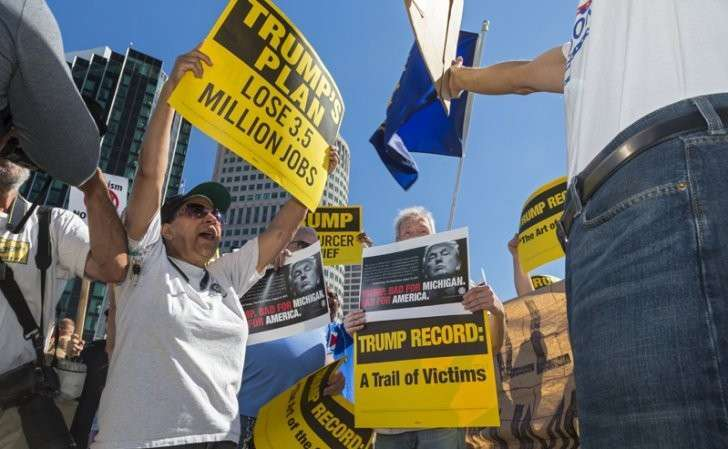 Протестующие перед речью Дональда Трампа