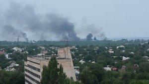 Украинские силовики ведут артиллерийский обстрел жилых кварталов Луганска