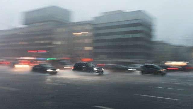 Автомобили едут по Зубовскому бульвару в Москве во время сильного дождя. Архивное фото