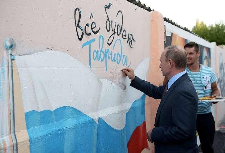 Участвовать в творческом процессе президенту понравилось. Фото: Алексей Никольский/ТАСС