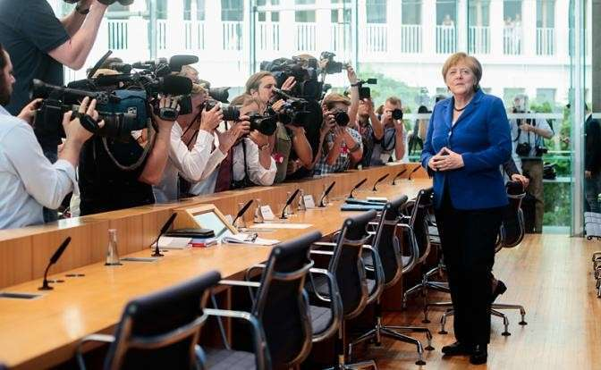 Меркель прячет голову в песок