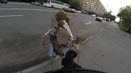 Неизветный опубликовал видео обливания русофобки Латыниной дерьмом