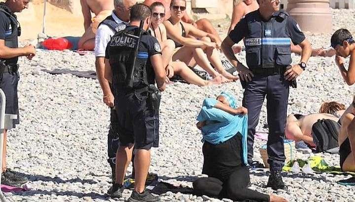 В Ницце женщину заставили снять буркини прямо на пляже