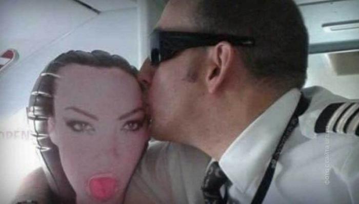Новозеландский пилот сфотографировался с секс-куклой в самолёте и был уволен