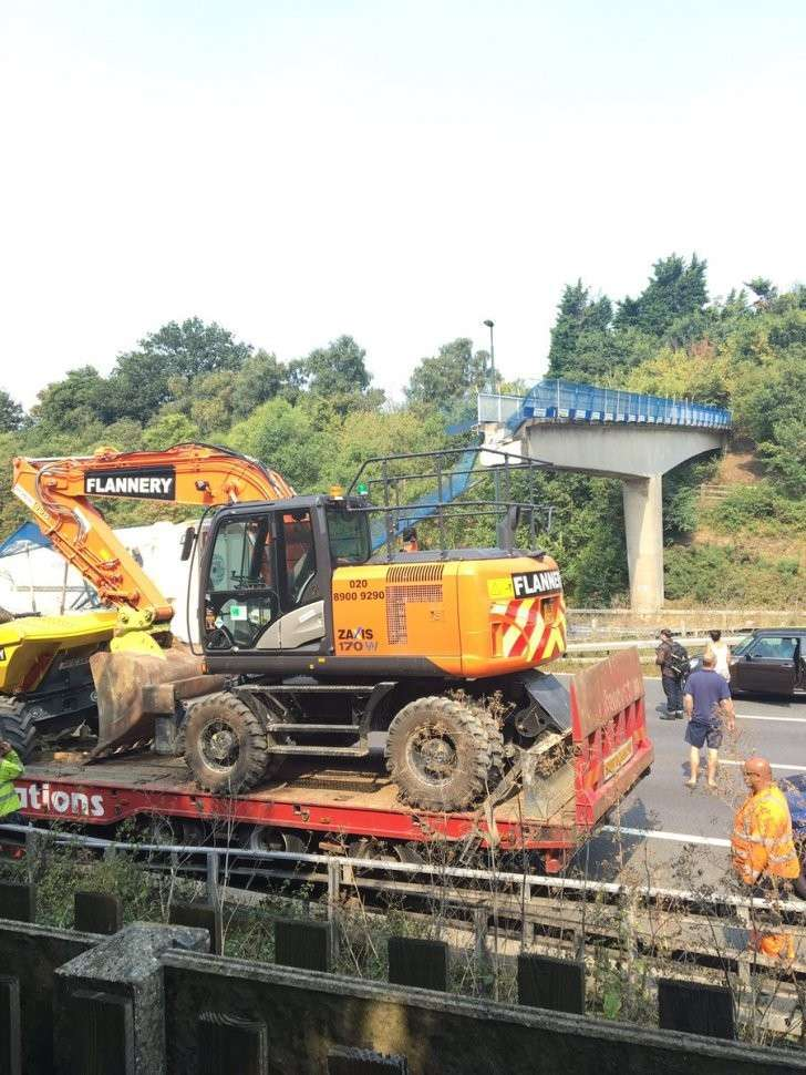 Пешеходный мост обрушился на трассу в графстве Кент (Англия), есть пострадавшие