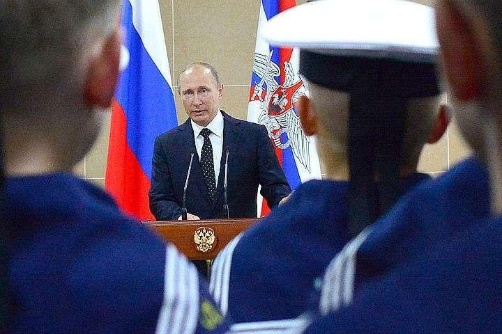 Президент Владимир Путин начал визит на Дальний Восток с посещения филиала Нахимовского училища