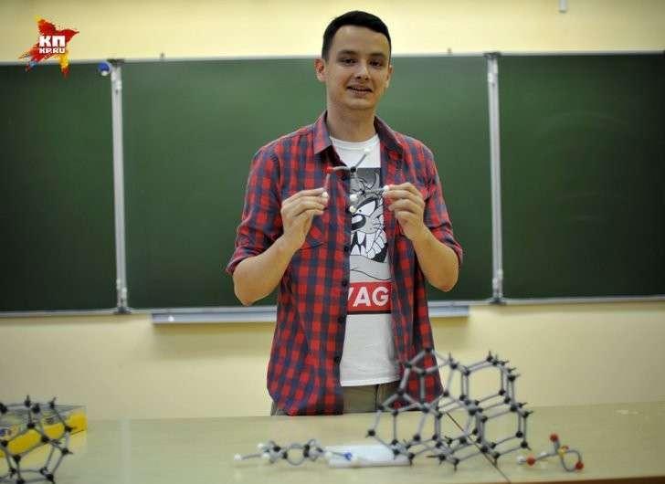 Как говорит Андрей, выпускник химфака МГУ, школа – это последнее место, где он собирался работать! Фото: Виктор ГУСЕЙНОВ