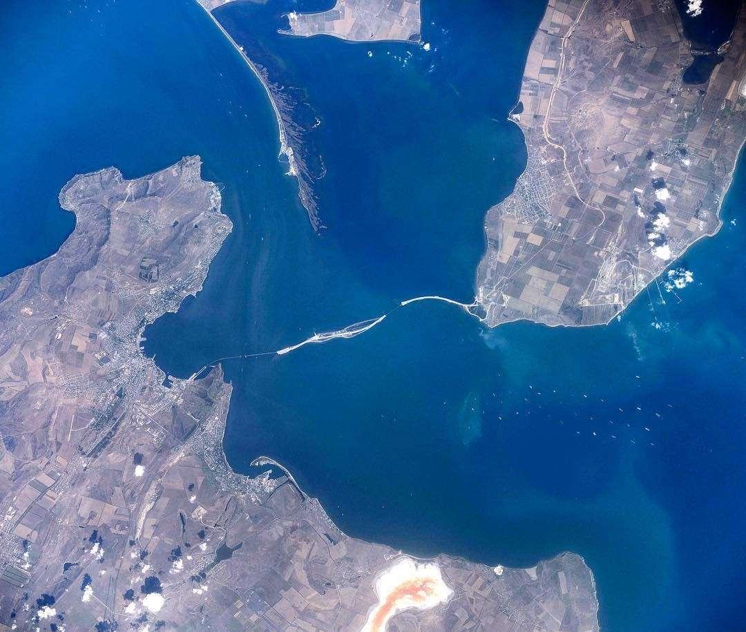 Крым стал на 100 шагов ближе: строители возвели сотую опору Крымского моста