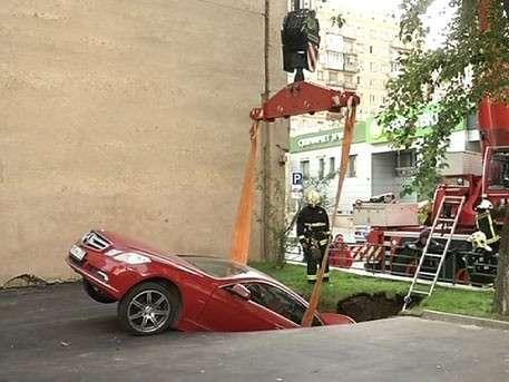 Автомобиль ушёл под землю из-за провала грунта в центре Москвы