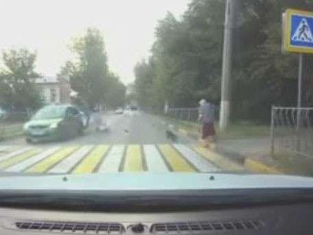 Переходившая дорогу пожилая женщина стала невольной причиной серьёзного ДТП