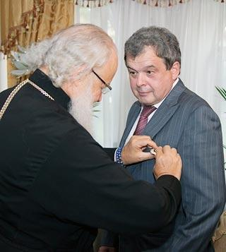 Московский главпоп Гундяев награждает жулика Балакина орденом Серафима Саровского