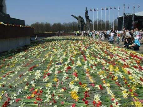 В Латвии сионистская власть не решилась сносить памятник Освободителям Риги