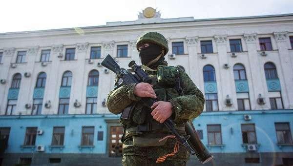 Военный у здания Верховного совета Крыма. Архивное фото