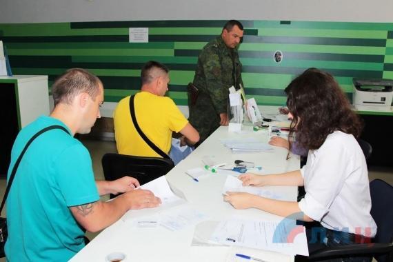 Военкоматы ЛНР вынуждены ужесточить отбор из очередей желающих бить фашистов