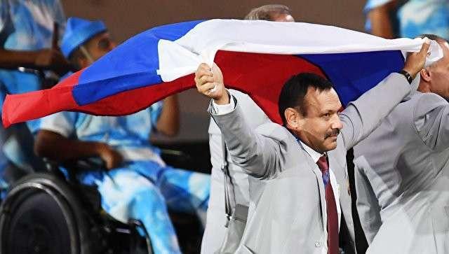 Андрей Фомочкин с флагом России во время парада атлетов и членов национальных делегаций на церемонии открытия XV летних Паралимпийских игр 2016 в Рио-де-Жанейро.