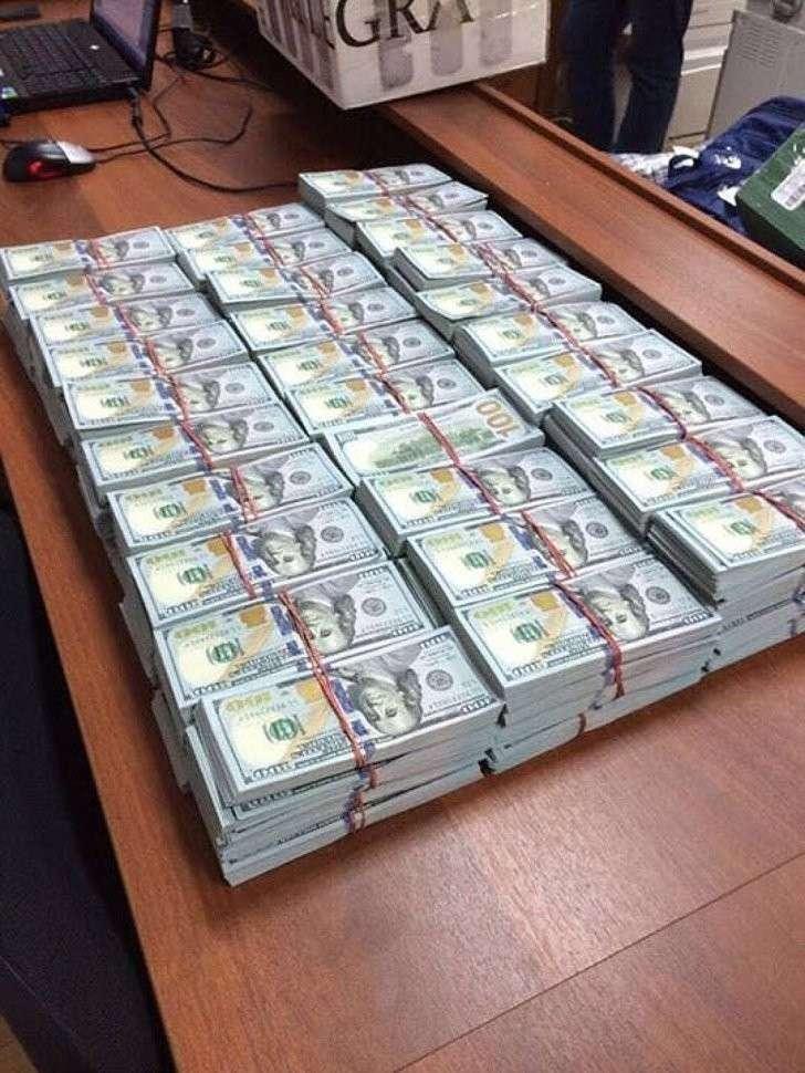 Для пересчета изъятых в ходе обыска денежных средств потребовалась ночь работы оперативников. ФОТО: Оперативная съемка, предоставлено kommersant.ru
