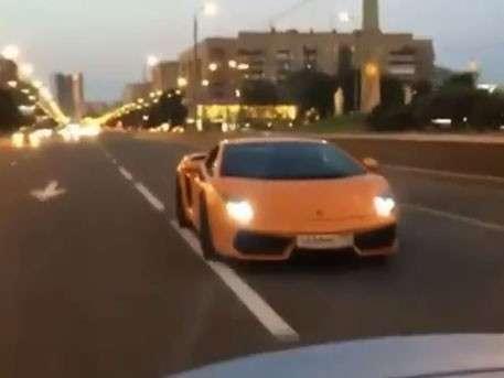Девушка на оранжевом Lamborghini устроила гонки в Москве