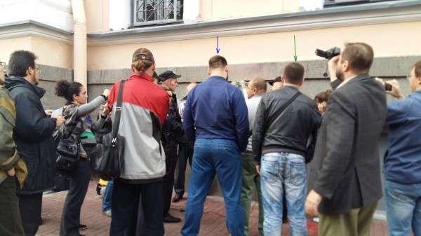 Как жиды организовали охрану доски Маннергейма в Питере
