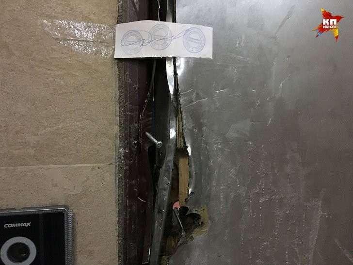 Дверь в квартиру полковника, естественно, опечатана Фото: Александр РОГОЗА