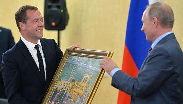 Президент РФ Владимир Путин дарит председателю правительства РФ Дмитрию Медведеву на его день рождения картину В цеху. 15 сентября 2016