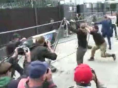 Озверевшие бандиты сносят забор у здания посольства России в Киеве