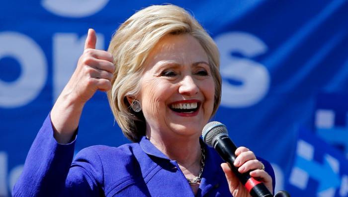 Сумасшедшая старуха Клинтон заявила, что она не человек и её собрали в гараже