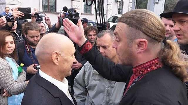 Несколько придурков у посольства РФ в Киеве не пропускали пришедших на выборы россиян