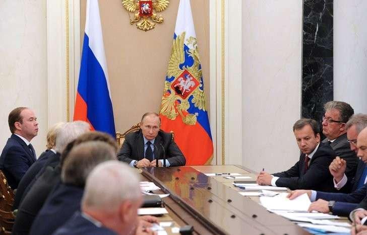 Путин потребовал не допускать даже намека на шоковую терапию при проведении реформ в РФ
