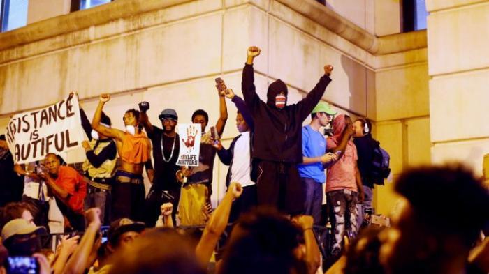 В городе Шарлотт введён комендантский час, полиция разогнала протестующих газом